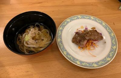 稲庭うどんとオープンキッチンで提供される牛肉