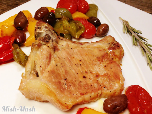 Сочни свински котлети с печени  зеленчуци