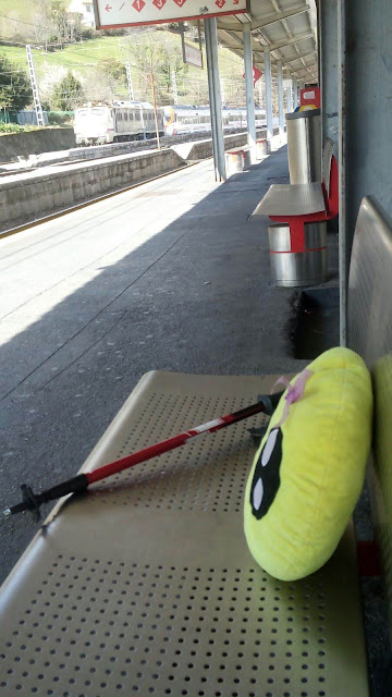 Mini-Fu esperando el tren