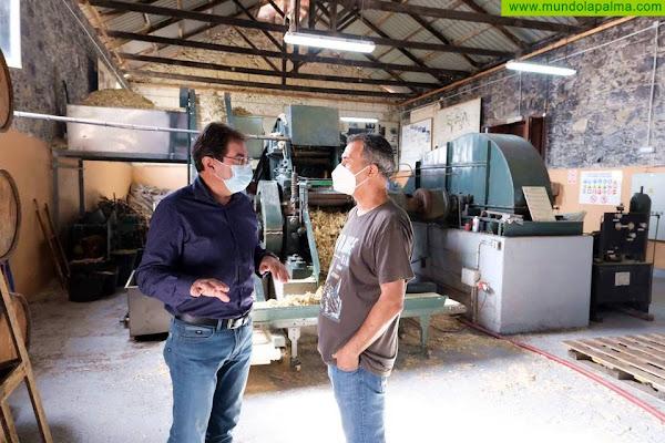 José Adrián Hernández conoce la producción artesanal de Destilerías Aldea tras retomar este año la zafra de caña de azúcar