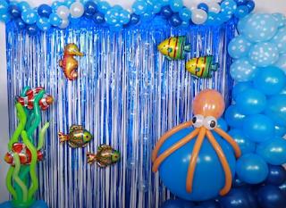 Meerdekoration aus Luftballons.