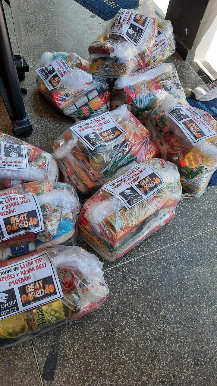 Banda BEAT PAREDÃO entrega cestas recebidas durante live solidária