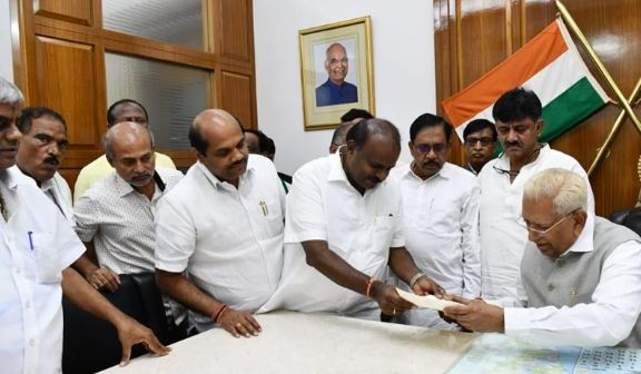 कुमारस्वामी ने राज्यपाल को इस्तीफा सौंपा - newsonfloor.com