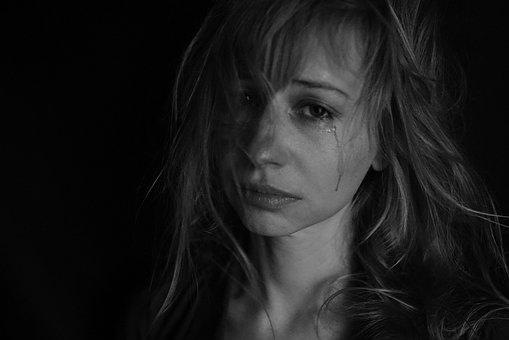kekerasan dalam rumah tangga, perempuan menangis, perempuan sedih, istri yang mendapatkan kekerasan