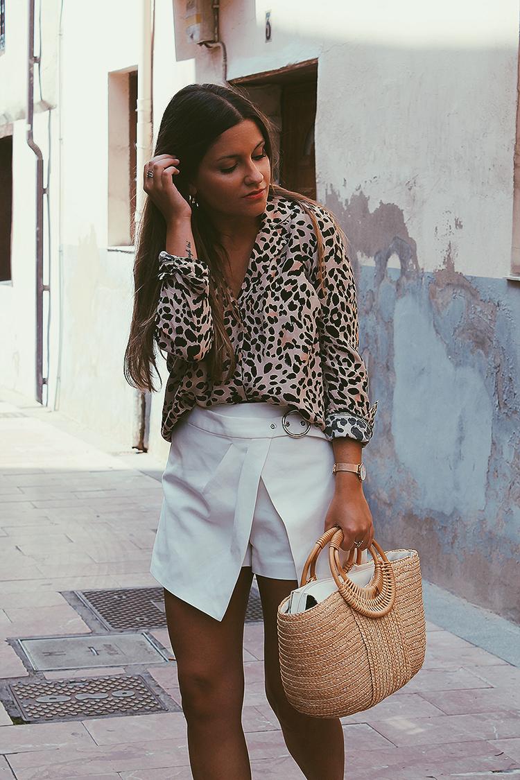 Outfit con camisa de leopardo