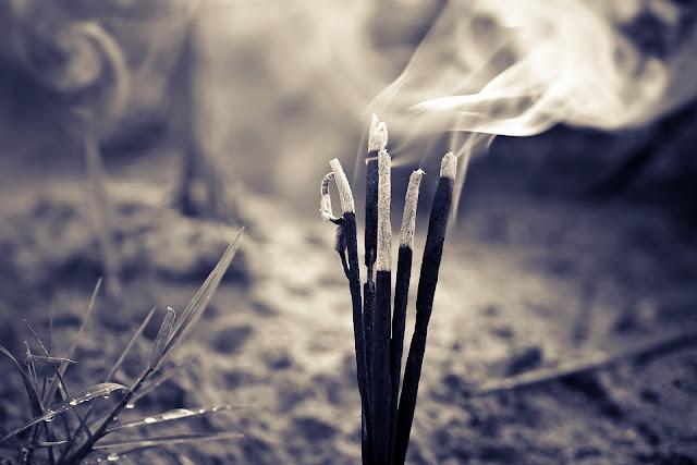 bau yang menandakan ada hantu
