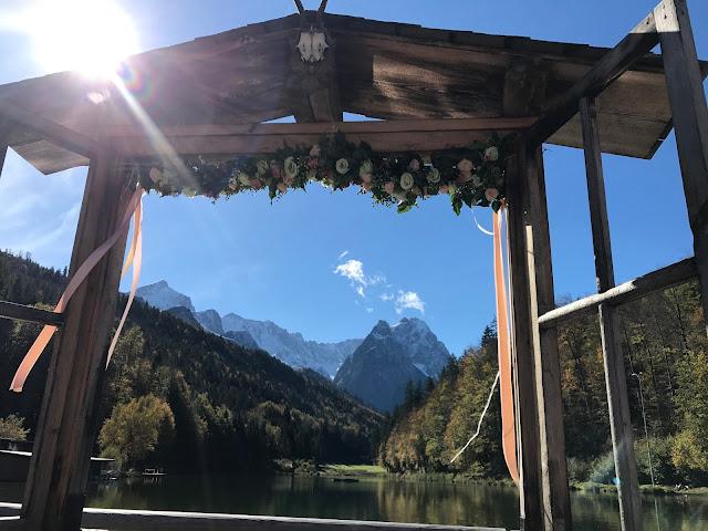Herbsthochzeit im Vintage-Look, Riessersee Hotel Garmisch-Partenkirchen, Bayern, Apricot, Gold, Weiß, Berghochzeit am See, Beste Aussichten, Seehaus, Wintergarten, Panorama