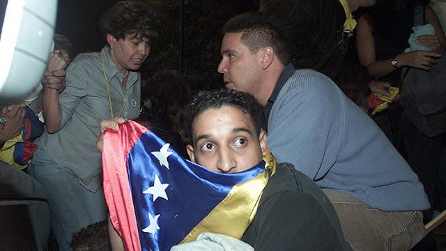 Hace más de 17 años tomé esta fotografía durante la masacre de Altamira en #Caracas, #Venezuela. En mi #libro autobiográfico El curso de la vida describo la historia detrás de esta imagen. Puedes conseguir mis libros en papel y digital en este enlace: https://chicosanchez.com/noticias/f/mis-libros-en-papel-y-digital