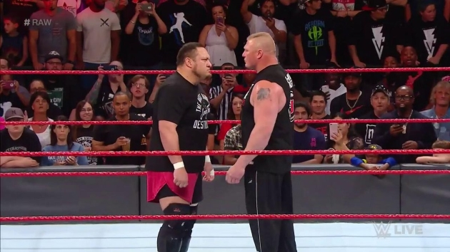 Samoa Joe qui fait face à Brock Lesnar à Raw