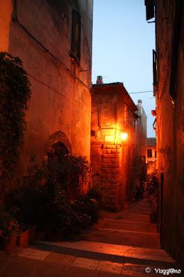 Le luci della notte nel centro storico di Pitigliano