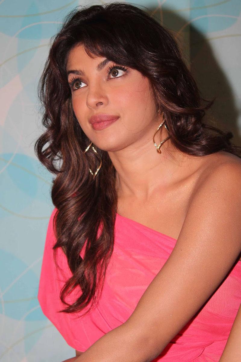 https://1.bp.blogspot.com/-5-F9C9tid10/UJN4QYeww8I/AAAAAAAAGfM/AcdyOsd9jic/s1600/priyanka-chopra-hot-photos-on-indian-idol-sets-1.jpg.