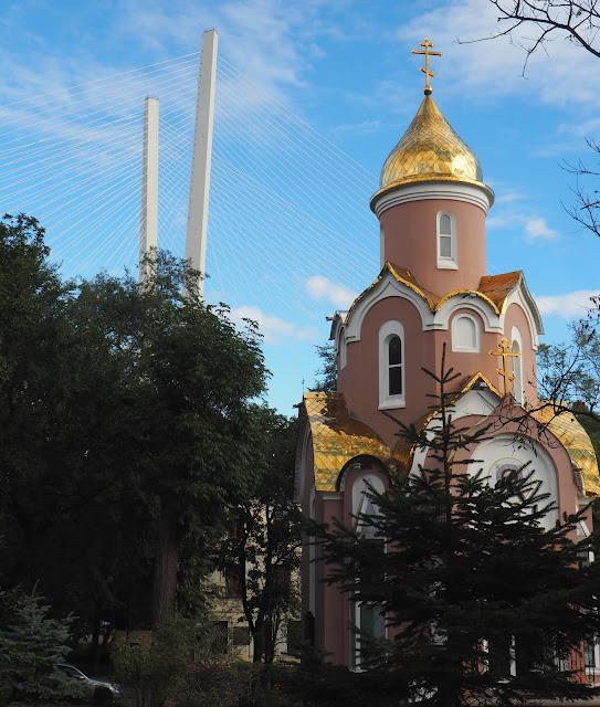 Владивосток, церковь возле арки