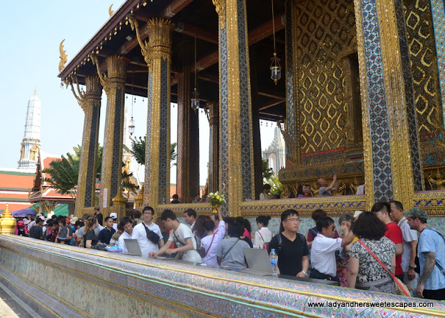 the crowd at Wat Phra Kaew