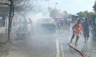 Diduga Konsleting Listrik, Mini Bus Ludes Terbakar