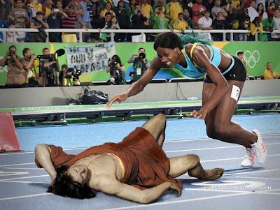 fotomontaggio Shaune Miller si tuffa sul traguardo - Olimpiadi Rio 2016