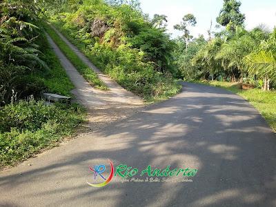 Jalan coran semen menanjak ke atas merupakan jalan menuju 3 Wisata Alam Air terjun Desa Penembang