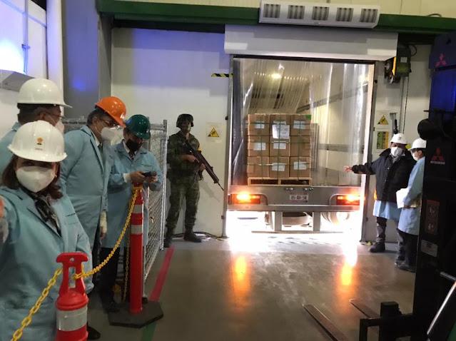 Las primeras vacunas contra la COVID-19 envasadas en México salen de la planta de Drugmex