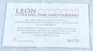 Placa conmemorativa de la Unesco donde se reconoce a las Cortes de León como la cuna del parlamentarismo