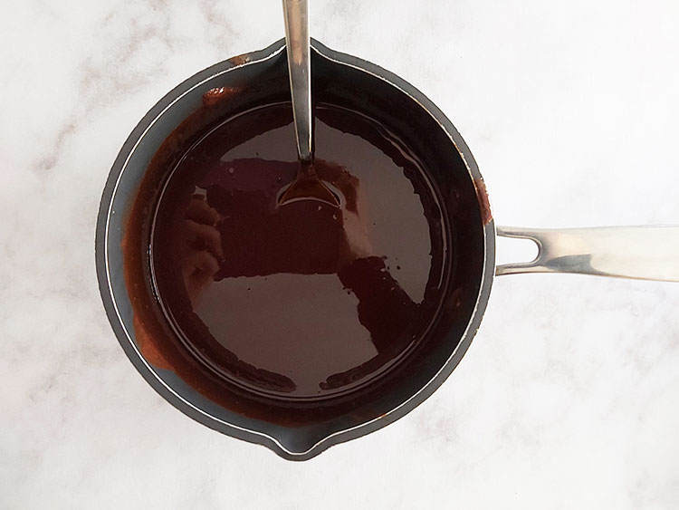 Chocolat et beurre fondus dans une casserole