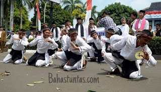Dzikir Saman adalah kesenian Tradisional Banten yang terletak di Kabupaten Pandeglang, yang menggunakan metode Tarian dan Lagu (vokal) serta syair-syair yang melantunkan nama-nama Asma Allah dan pujian kepada Nabi Muhammad Saw.