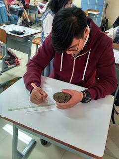 Praktik Indentifikasi Batuan di Kelas