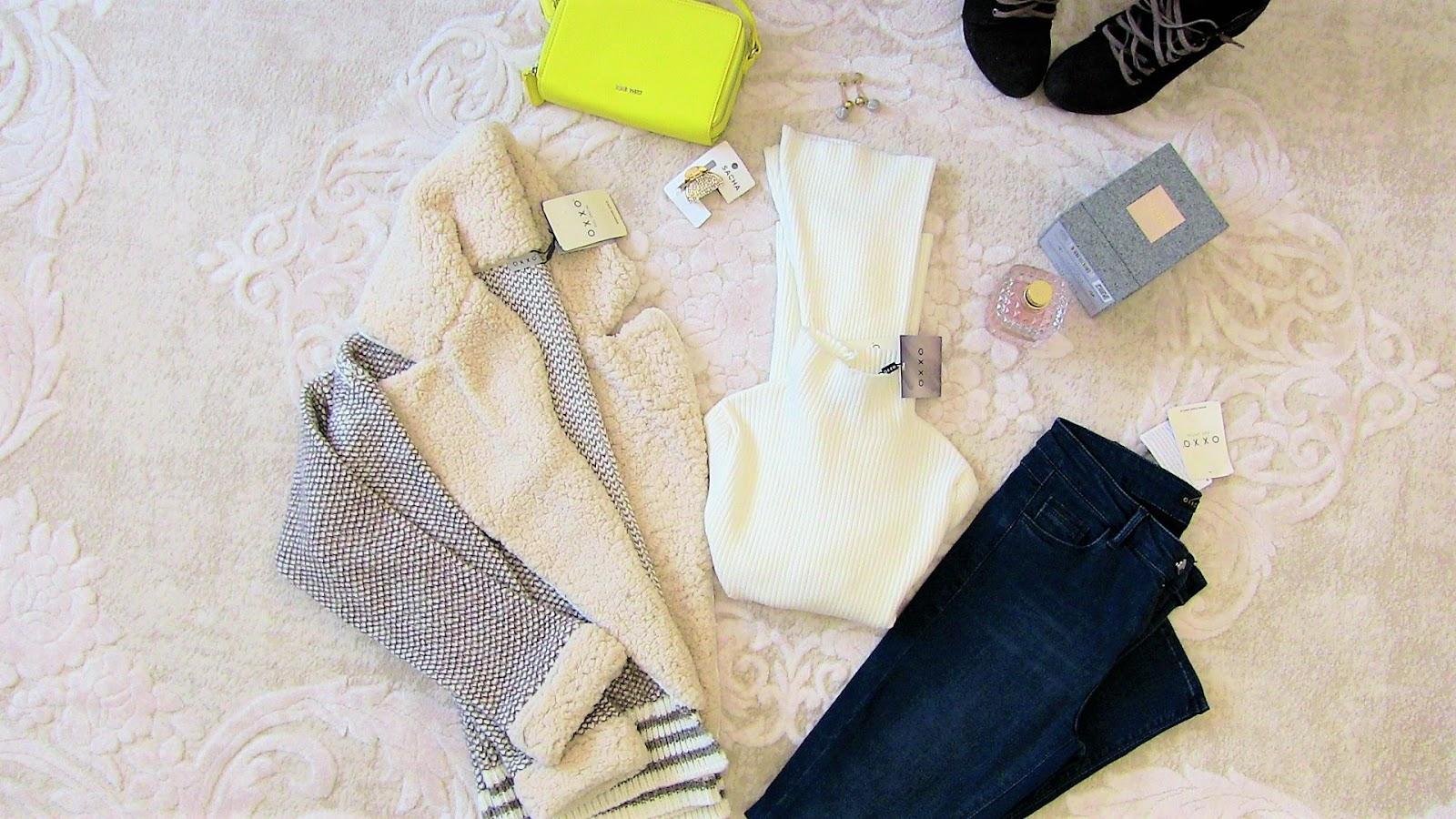 oxxo yakası kürk hırka, oxxo kot pantolon, oxxo beyaz boğazlı triko, nine west çanta, bershka bot