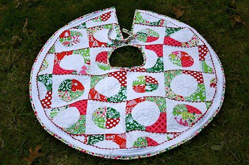 """""""Rockin Retro Christmas Tree Skirt"""" is a Free Tree Skirt Pattern designed by Kim Niedzwiecki from Go-Go Kim"""