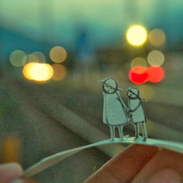 Fotos interesantes con pequeños personajes de papel.