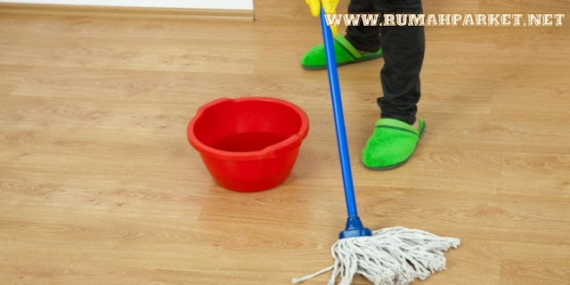 tips membuat lantai menjadi area bermain yang nyaman untuk anak - membersihkan lantai dengan benar