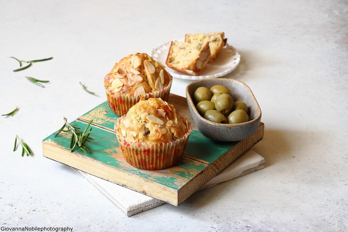 Muffin con emmentaler, mandorle e olive verdi