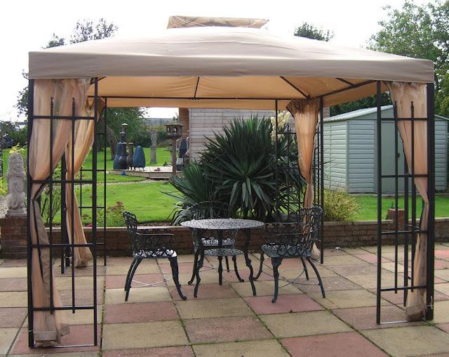 Tenda dengan atap kain untukdi halaman belakang Tenda dengan atap kain untukdi halaman belakang