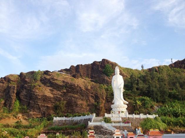 Cùng với thiên nhiên tuyệt đẹp, đảo Lý Sơn còn có 50 chùa, đình, miếu cùng các khu lưu niệm., trong đó có 3 di tích đã được công nhận là Di tích cấp Quốc gia