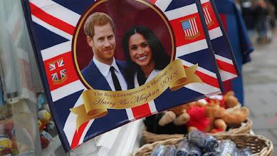 Sa y'est nous y sommes enfin, ce grand événement que tout le monde attend ( ou pas ) ! Le mariage princier d' Harry et Meghan et oui depuis le temps qu'il nous bassine avec sa ....j'espère que ce sera à la hauteur du harcèlement médiatique ! 😁 J'aimerais te dire que je m'en bat le coquillart , que moi le mariage princier je m'en fou !! Mais Non que Nenni, Comme au Mariage de Kate et William je serais devant mon poste avec mon petit plateau télé ( sauf que là j'ai deux enfant et j'espère au moins pouvoir entendre l'interlocutrice, ou alors j'aurais l'image sans le son, ou j'irais zieuter entre deux couches, et un biberon ...) Enfin bref tu l'aura bien compris je ne veut pas en louper une miette ! Moi le mariage princier sa me fait rêver , la longue robe blanche , le carrosse et tout le tralalalaaa, c'est gnangnan , sa dégueule de niaiserie mais j'adoooore sa ! 😋 [ Un conseil à la futur mariée ? ] : Que ta robe soit d'un blanc immaculée, qu'importe ta traîne de 30 mètres, au mariage de ta belle sœur on avait plus parler du cul de la sœur de la mariée ....et sa il ne faut pas l'oublier , toujours se méfier de la tenue des demoiselle d'honneur ma chériiiie ! ...Il ne faut pas faire d'ombre à la mariée ! sauf que à quelques heure du mariage là, il est un peu tard ... Allez Meghan et Harry , faites moi rêver 👀💫
