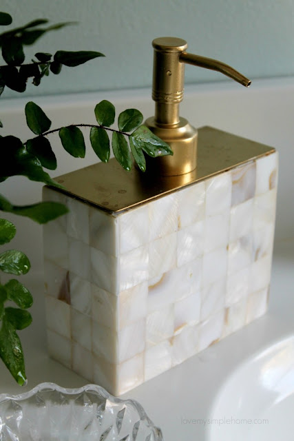 how-to-upcycle-a-soap-dispenser-into-a-vase-lovemysimplehome.com