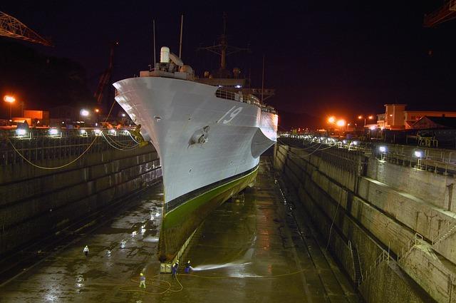 الحوض الجاف، السفن الحربية