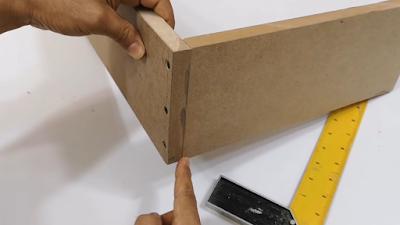 قطعتين من الخشب تم تجميعهم من الزاوية ب 3 مسامير بطريقة صحيحة