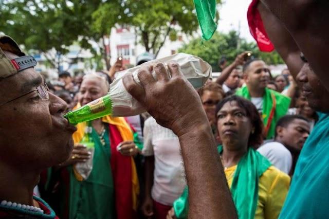 """Con cigarros, """"romo"""" velas y música festejan a San Miguel: una fiesta de puro sincretismo"""