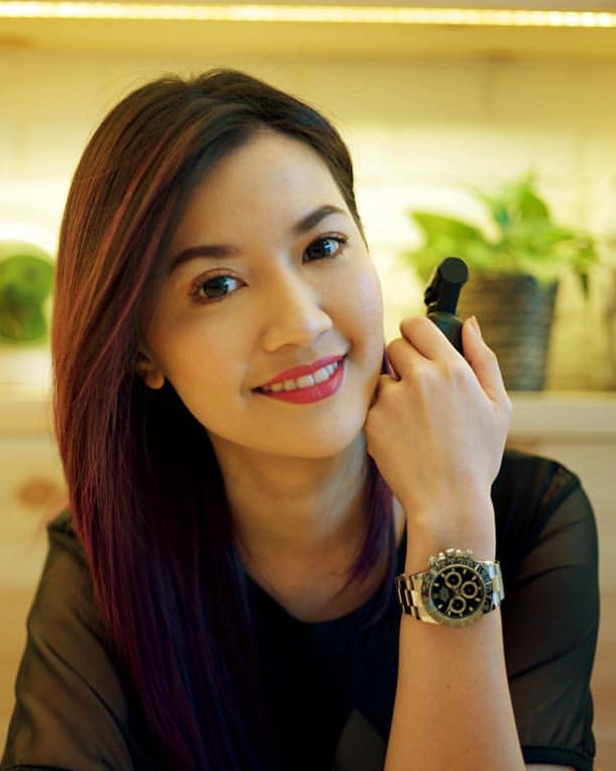 Asty Ananta rambut pirang artis seksi