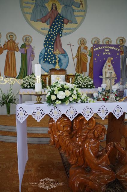 Białe kwiaty i dywan - ślubna dekoracja kościoła Kędzierzyn