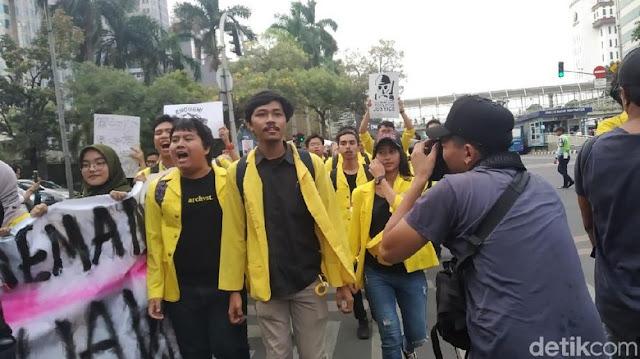 BEM UI Gabung dengan Massa KASBI di Thamrin, Minta Perppu KPK Diterbitkan