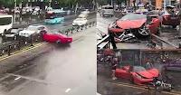 Γυναίκα τράκαρε την 570.000 ευρώ Ferrari της που μόλις είχε αγοράσει έξω από την αντιπροσωπία