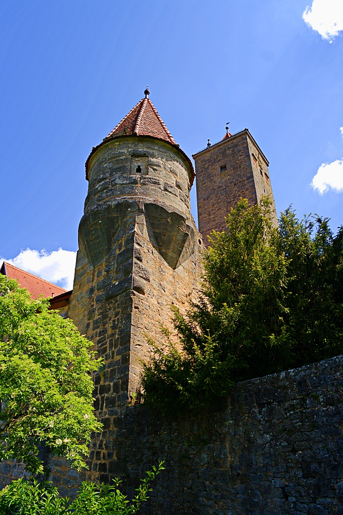 #213 Samsung f3.5 9mm – Turm im Burghof in Rothenburg o.T.