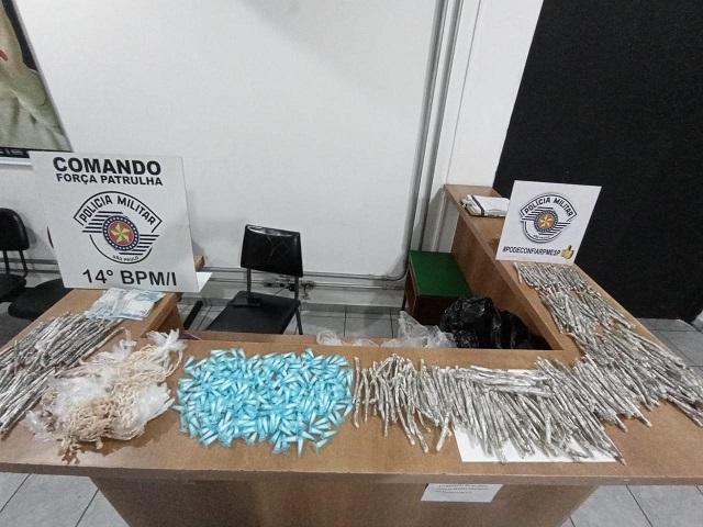 POLÍCIA MILITAR PRENDEU UM HOMEM POR TRÁFICO DE DROGAS EM REGISTRO-SP COM 1907 PORÇÕES DE DROGAS