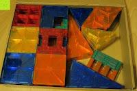 einpacken: Playbees 100 Teile Magnetische Bausteine Set für 2D und 3D Form Konstruktionen, Regenbogenfarben Magnetspielzeug, Baukasten Magnetspiel, Magnetbausteine