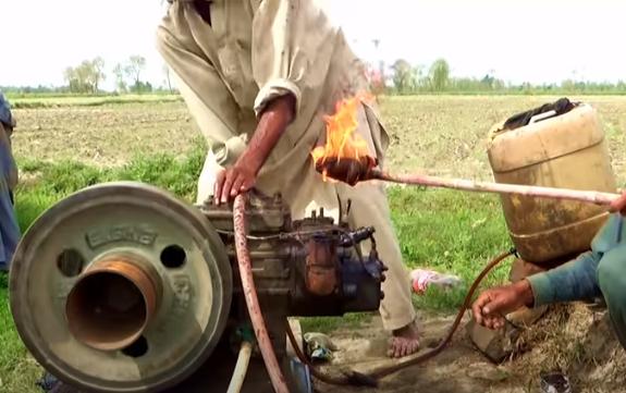 Βάζουν μπροστά την μηχανή με δαυλί: Τραγικό video