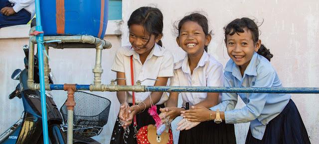 Estas niñas se lavan las manos en las instalaciones de su escuela en Camboya.© UNICEF/Bona Khoy