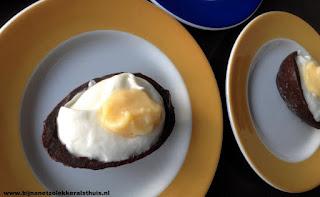 paastoetje half ei gevuld met mousse en lemoncurd als dooier