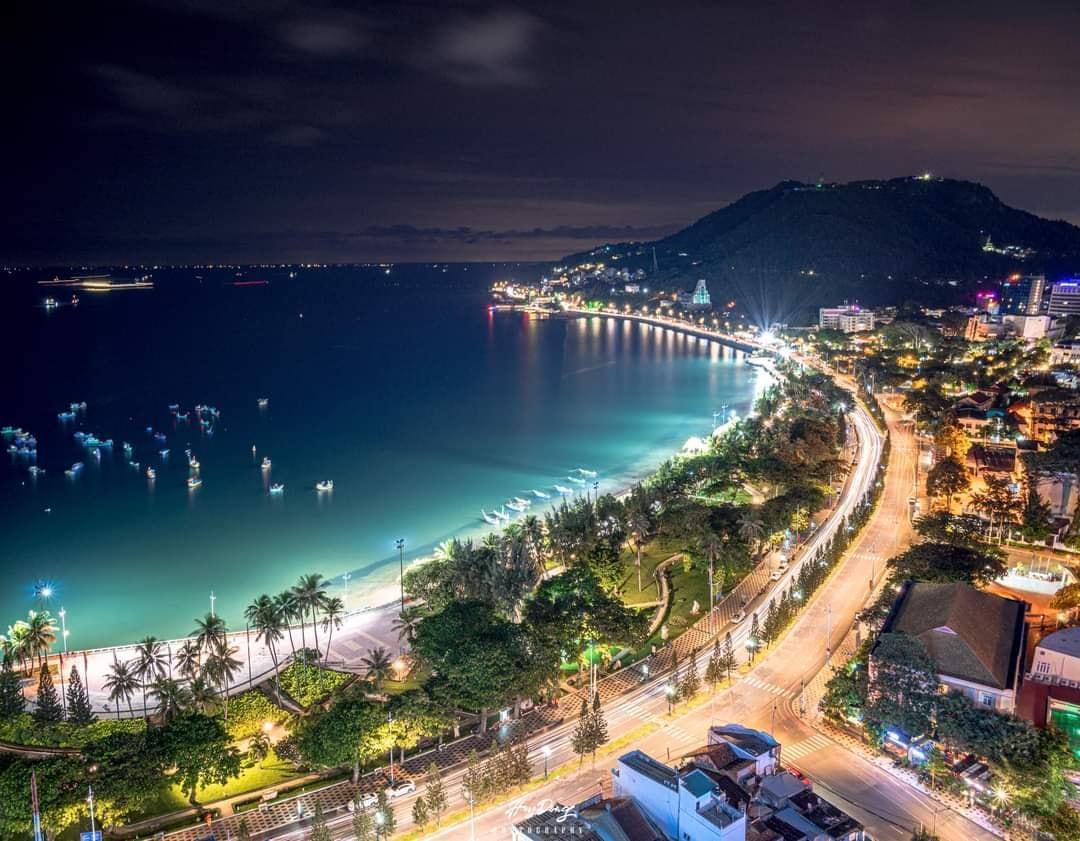 phong cảnh bờ biển thanh bình ban đêm