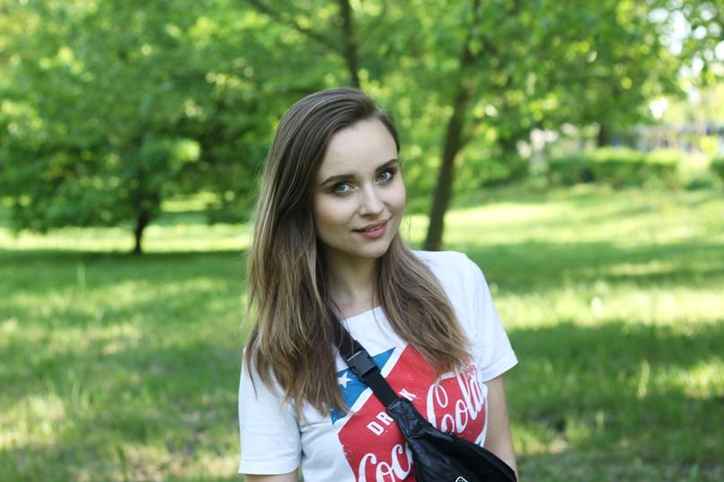 dziewczyna w koszulce coca-cola