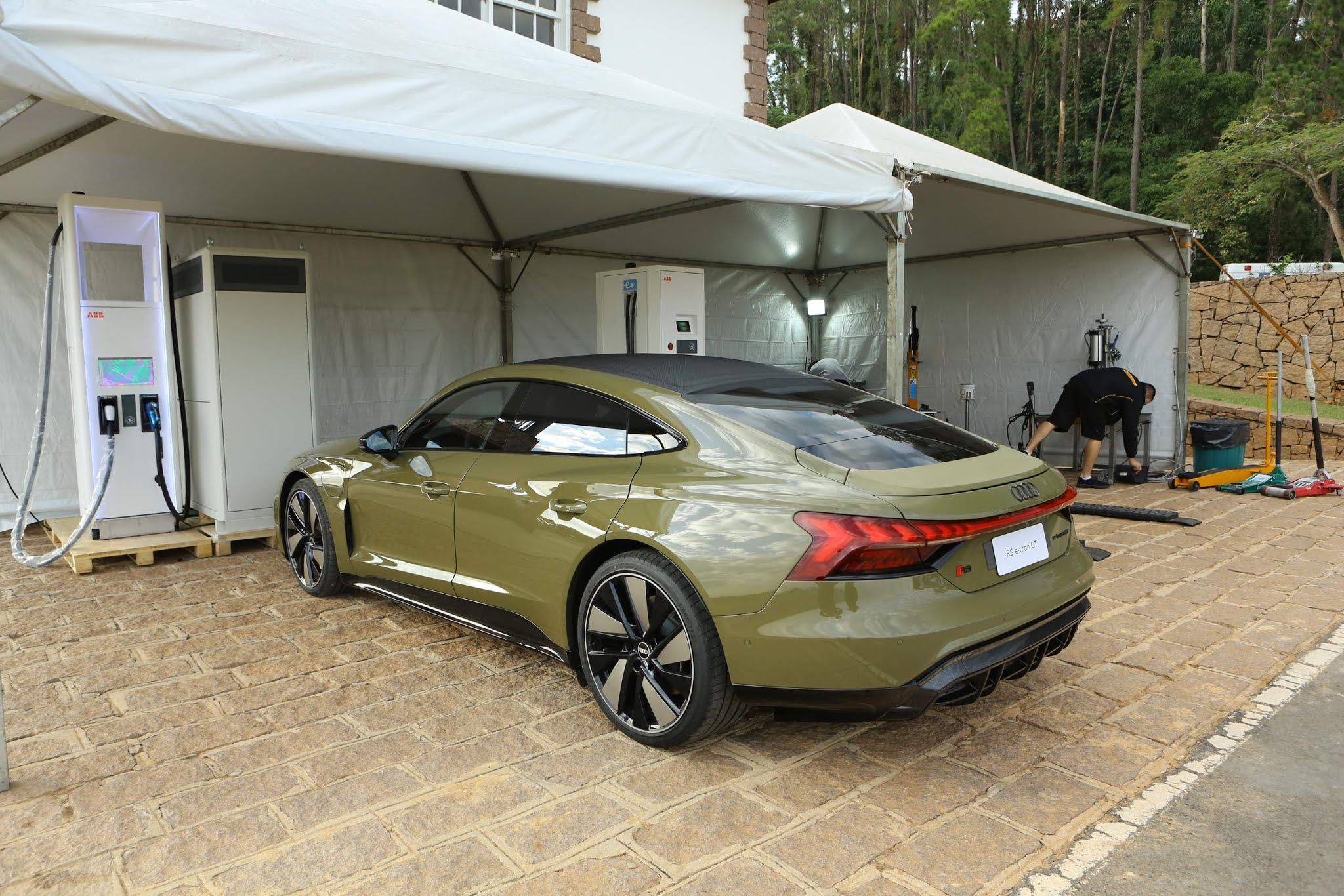 Audi RS e-tron GT, esportivo elétrico de R$ 950 mil, carregando as baterias
